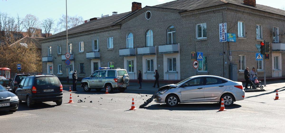 Милицейский «УАЗ» и Hyundai столкнулись в Барановичах. Фото, видео