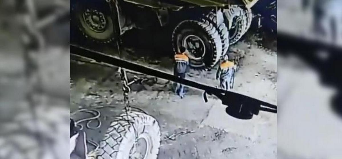 Отлетевшее от «БелАЗа» колесо убило водителя. Видео из России