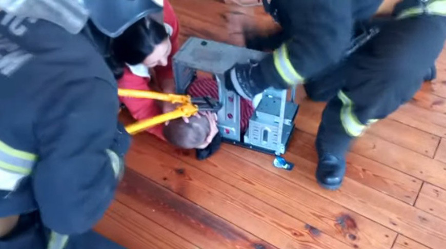 В Калинковичах голова ребенка застряла в компьютере. Пришлось вызывать спасателей