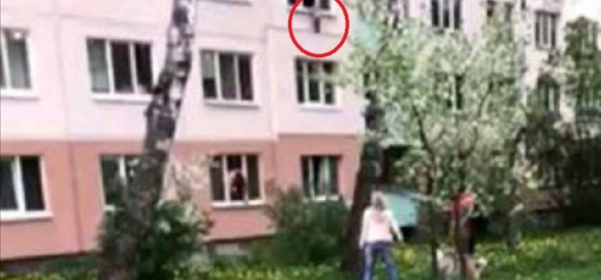 В Минске годовалая девочка чуть не выпала из окна, пока пьяные родители спали