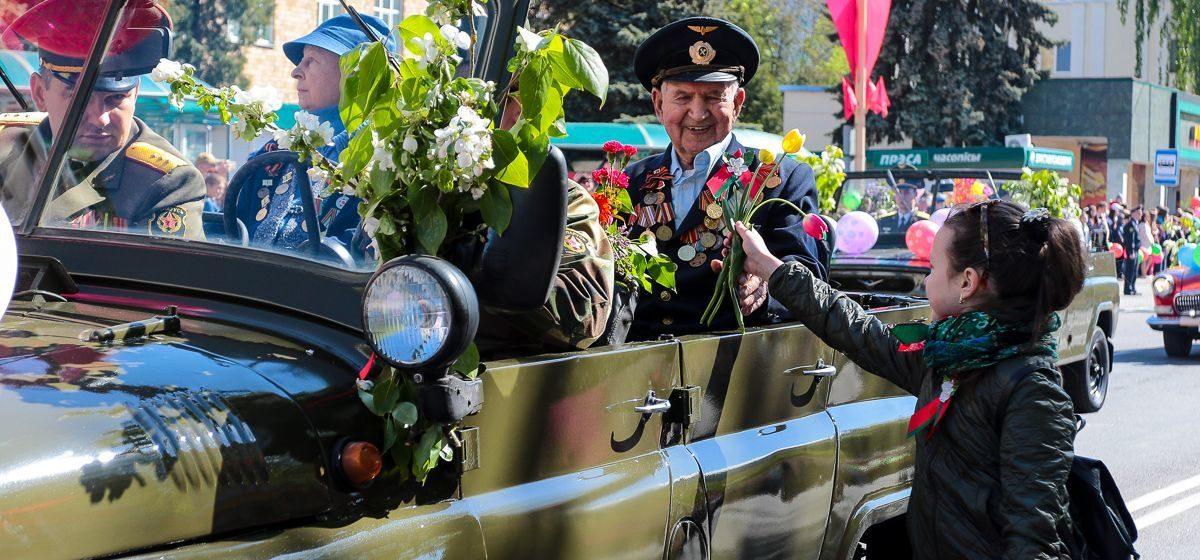 Махровые полотенца, денежные премии и цветы. Как поздравили ветеранов крупные предприятия Барановичей