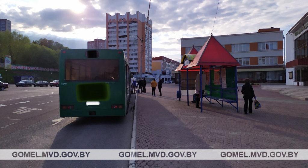 В Мозыре 81-летний мужчина догонял автобус и упал под колеса. Пенсионер умер