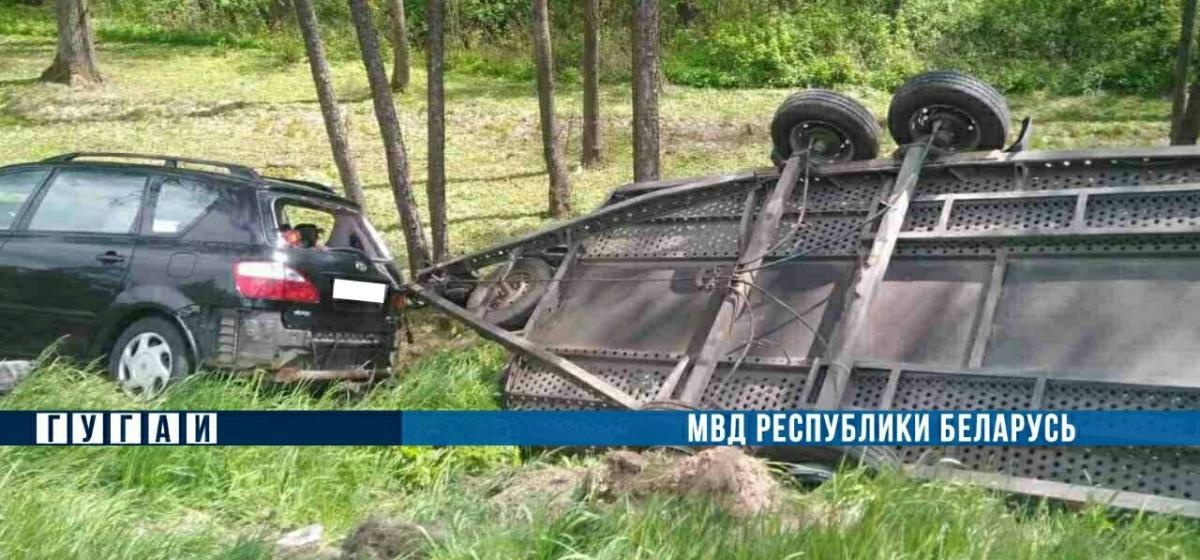 Под Минском столкнулись две легковушки: пассажирку выбросило из салона. Она погибла. Видео