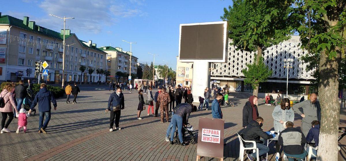 Длинная очередь из желающих подписаться за Тихановскую в Барановичах. Фотофакт