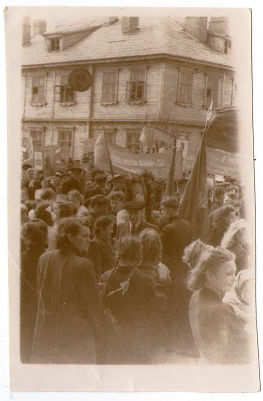 1 мая 1949 года. Колонна стоит у здания банка на ул. Советской. Фото из коллекции Руслана Ревяко