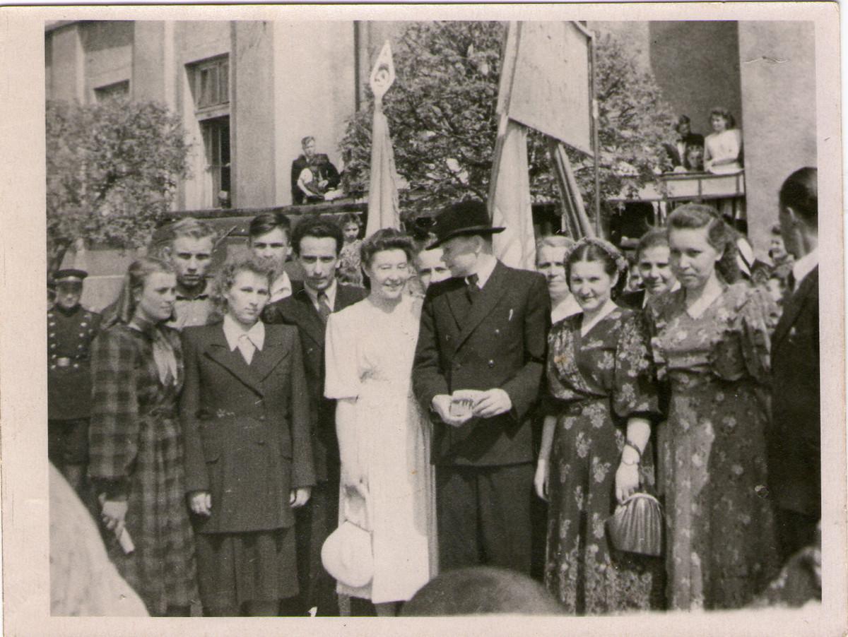 Жители Барановичей на первоймайской демонстрации в 1952 году. Фото из коллекции Руслана Ревяко