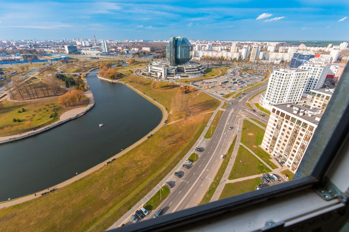 Дома расположены на берегу одного из каналов Слепянской водной системы.