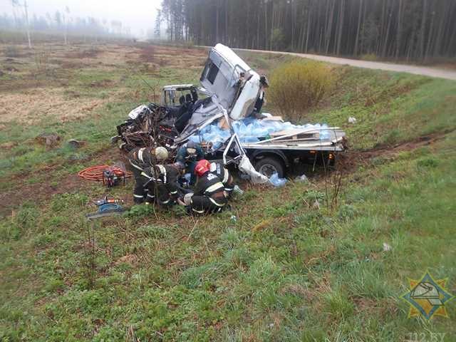 Под Оршей грузовик вылетел в кювет и перевернулся, водитель оказался заблокирован в салоне