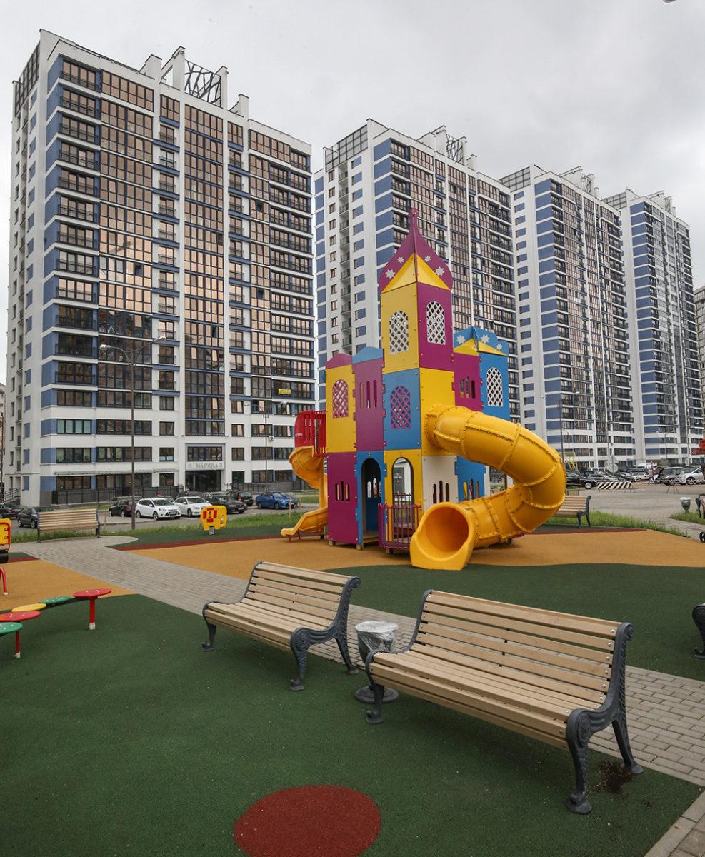 Детские игровые и спортивные площадки со специальным мягким покрытием. Фото: Владимир ШЛАПАК