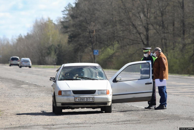 Эпидемиологи и ГАИ проверяют водителей, которые едут из Лунинца. Фото: svaboda.org