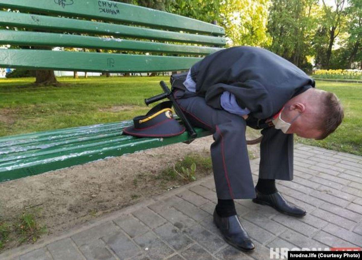 Милиционер сидит на скамье после инцидента на Советской площади в Гродно 29 мая. Фото: HrodnaLife