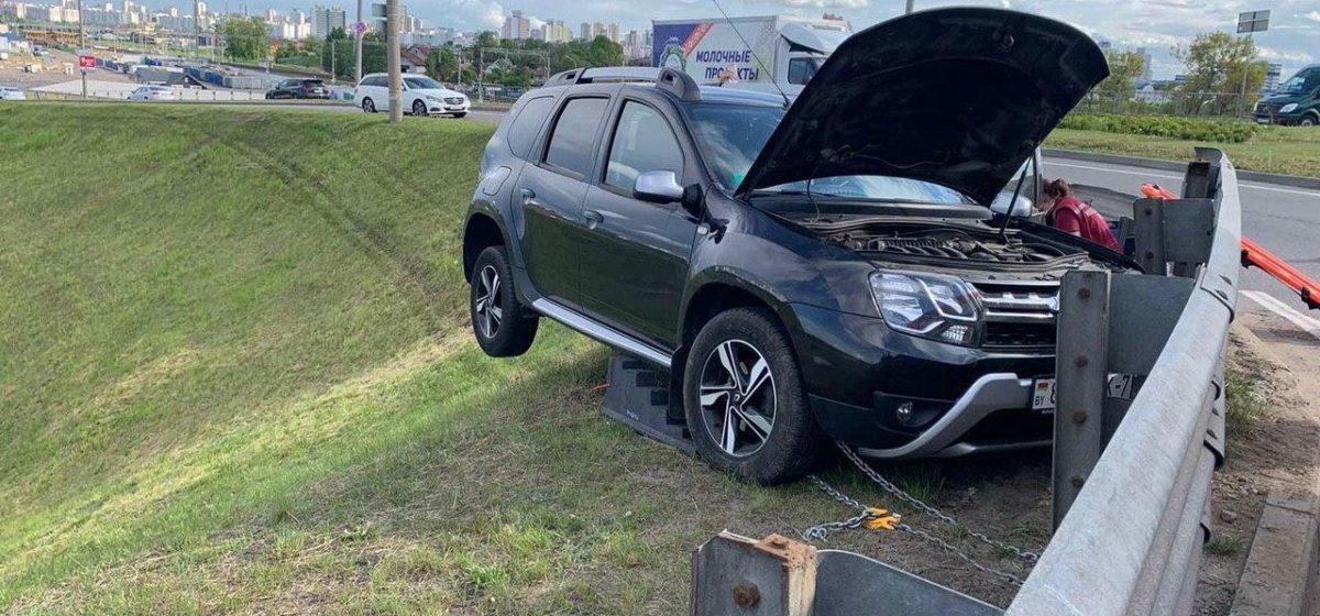 В Минске легковушка влетела в отбойник и повисла на нем над обрывом. Фотофакт