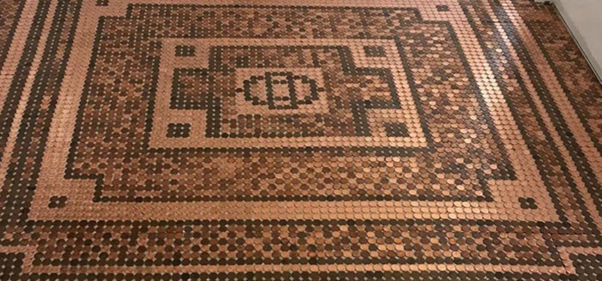 Женщина сделала потрясающий мозаичный пол из 7500 монет. Фотофакт