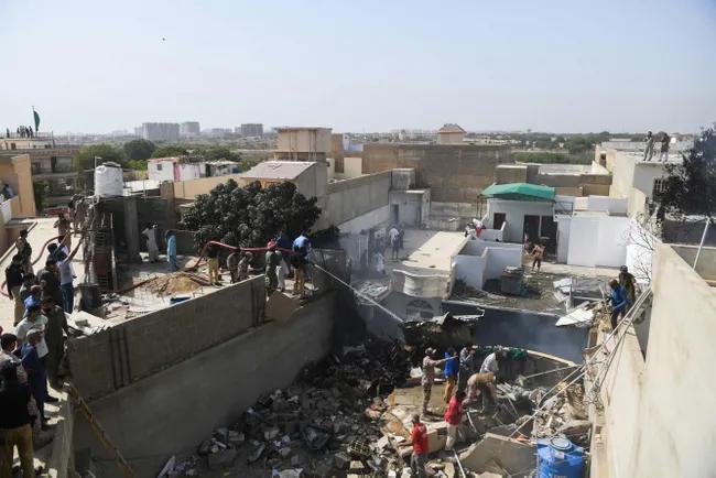В Пакистане пассажирский самолет упал на жилые дома. Видео