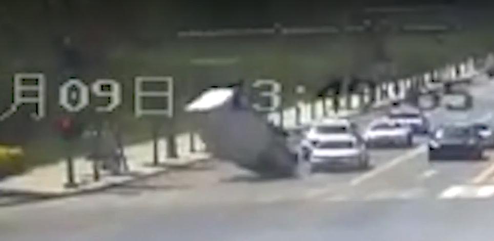 Стоящий на месте грузовик внезапно подняло в воздух. Смотрите почему (видео)