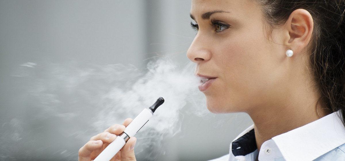 В Беларуси запретили продавать несовершеннолетним электронные сигареты. За нарушение продавцу грозит штраф до 1350 рублей