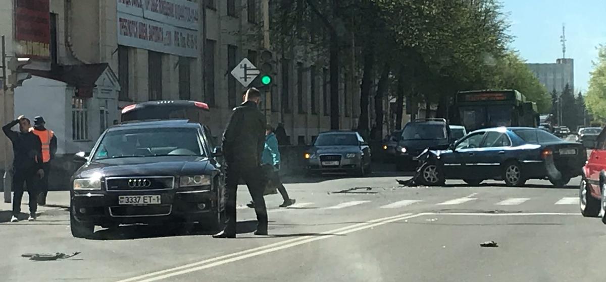 «Ауди» и «Ровер» столкнулись в Барановичах. Фотофакт