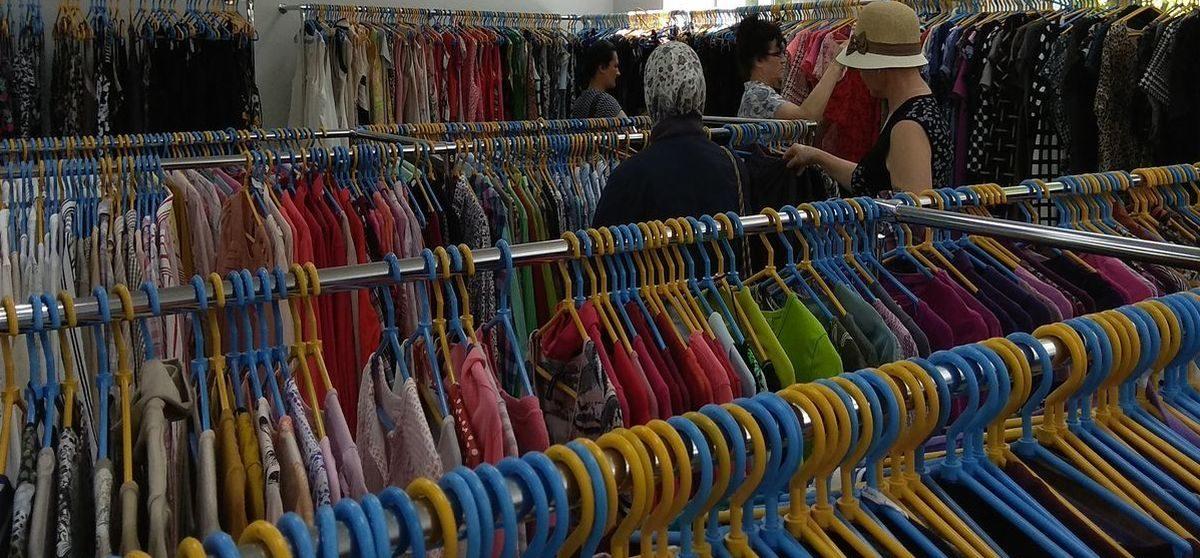 В Беларуси хотят запретить продавать новые товары в одном магазине с б/у одеждой