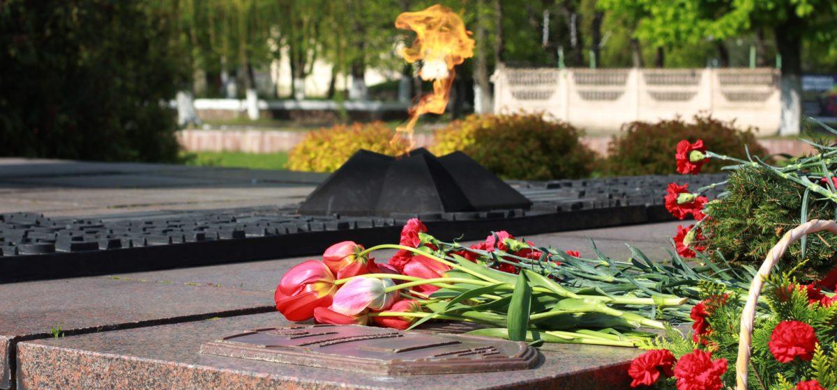 В Барановичах возложили цветы к Вечному огню. Фоторепортаж