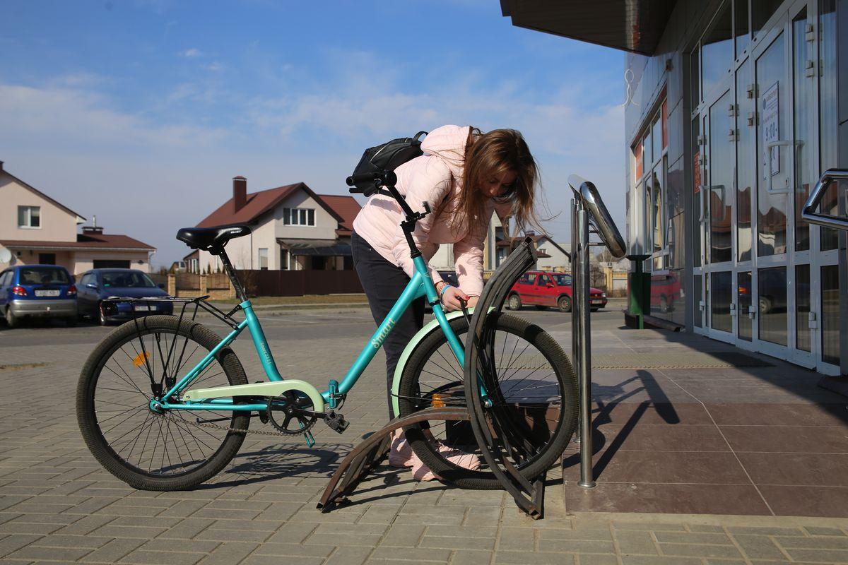Радуют удобные велопарковки около продуктовых магазинов. Фото: Андрей БОЛКО