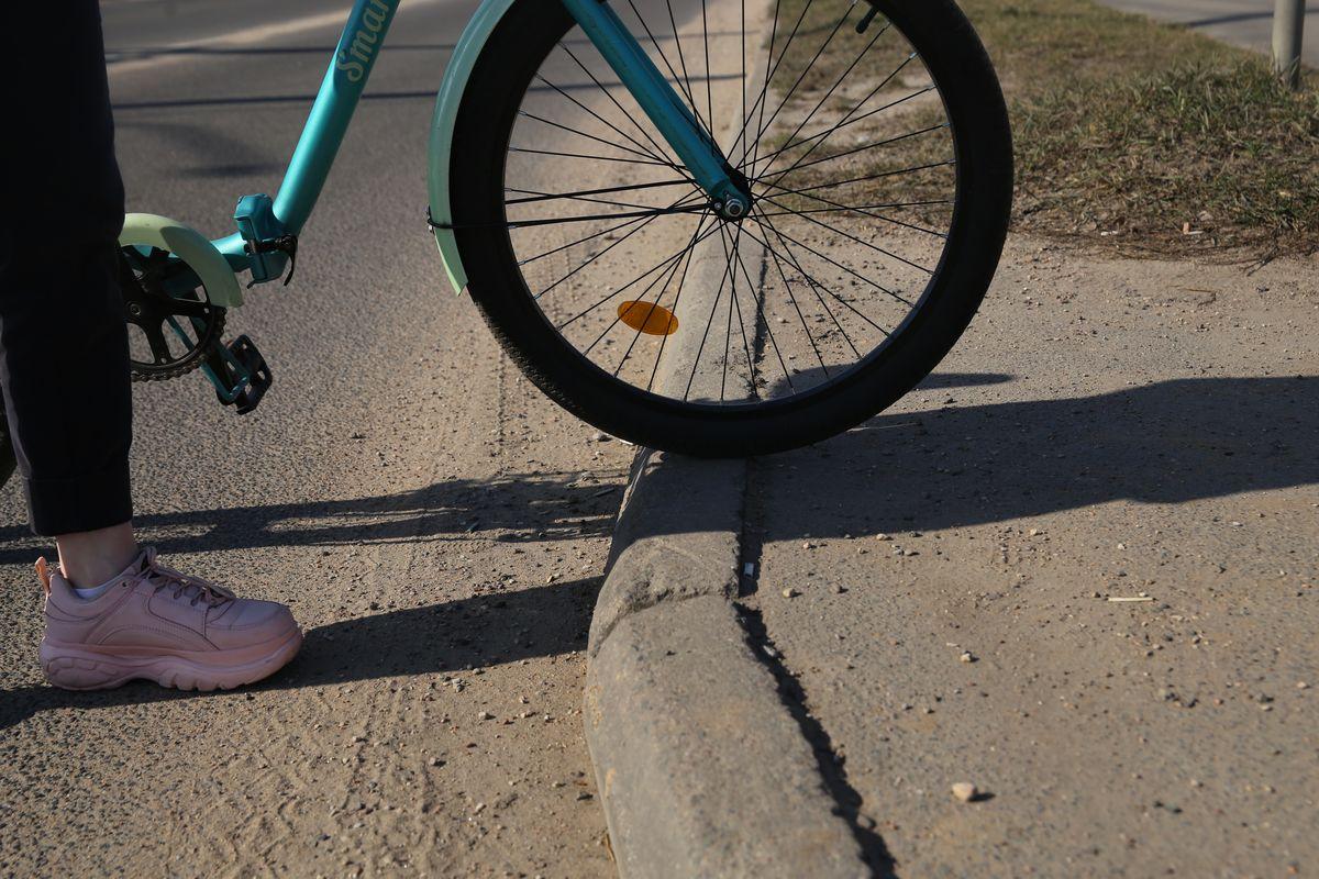 Если бордюр высокий, то лучше спуститься с велосипеда и пройтись немного пешком. Фото: Андрей БОЛКО