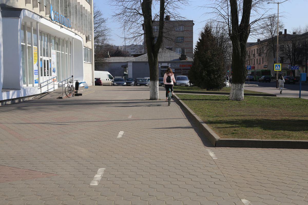 Барановичские велосипедисты, видимо, могут проезжать сквозь деревья. Фото: Андрей БОЛКО