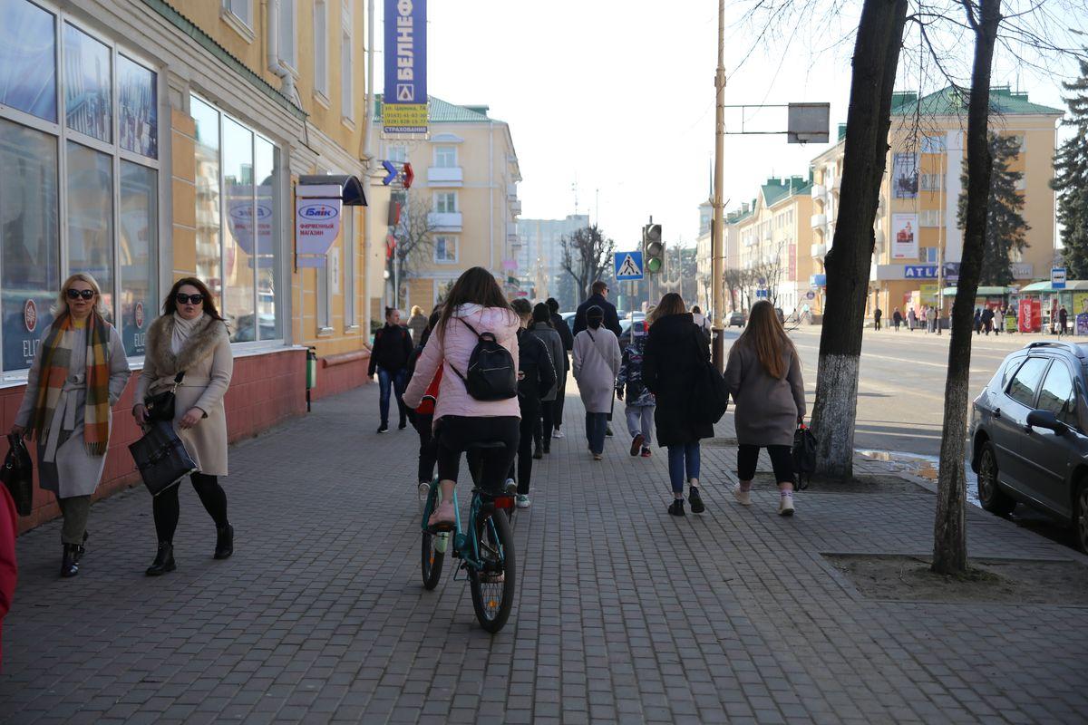 В центре города людей всегда немало, и объехать их – тот еще квест. Фото: Андрей БОЛКО