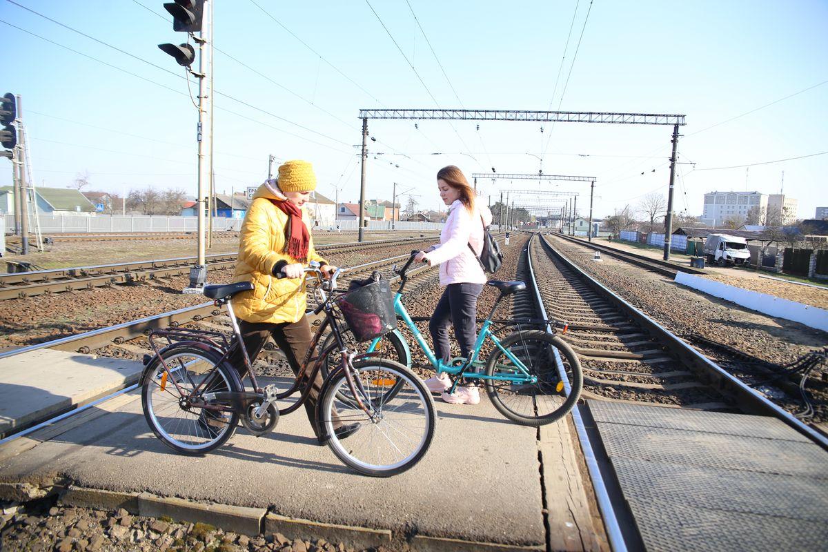 При переходе через ж/д пути лучше вести велосипед рядом с собой. Фото: Андрей БОЛКО