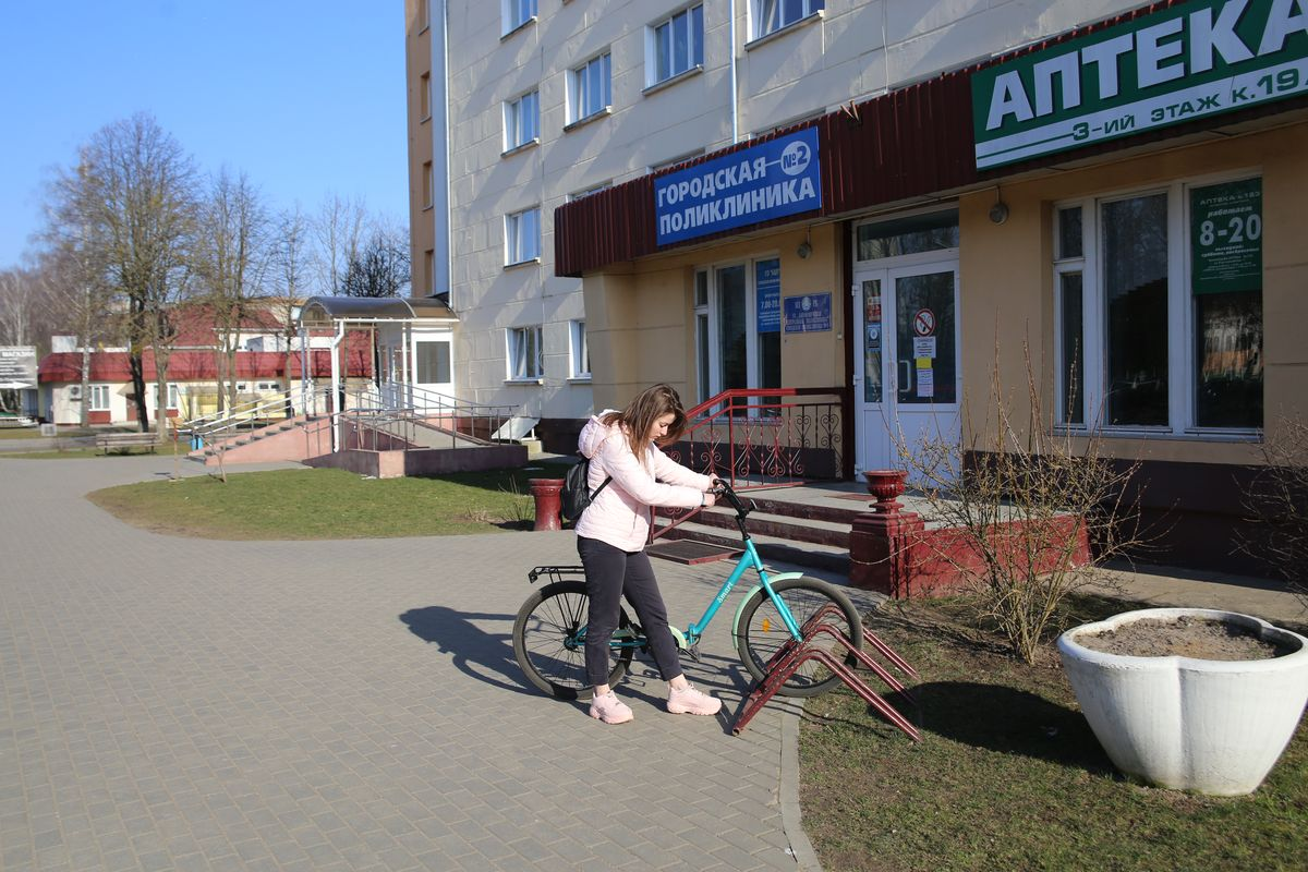 Пристегнуть велосипед, оказывается, удобно не на каждой велопарковке. Фото: Андрей БОЛКО