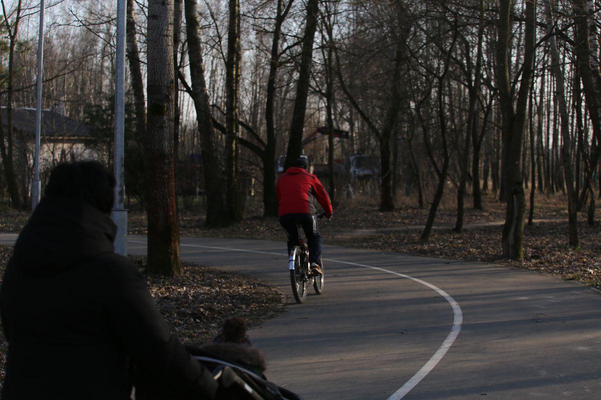 Мамочки с колясками тоже любят хорошие дороги:) Фото: Андрей БОЛКО