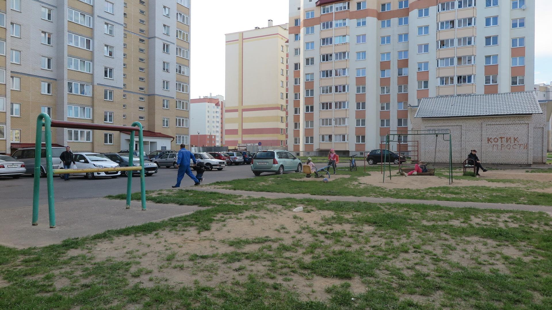Двор дома №9 на улице Домейко, через который проезжают грузовые автомобили. Фото: Ирина КОМИК