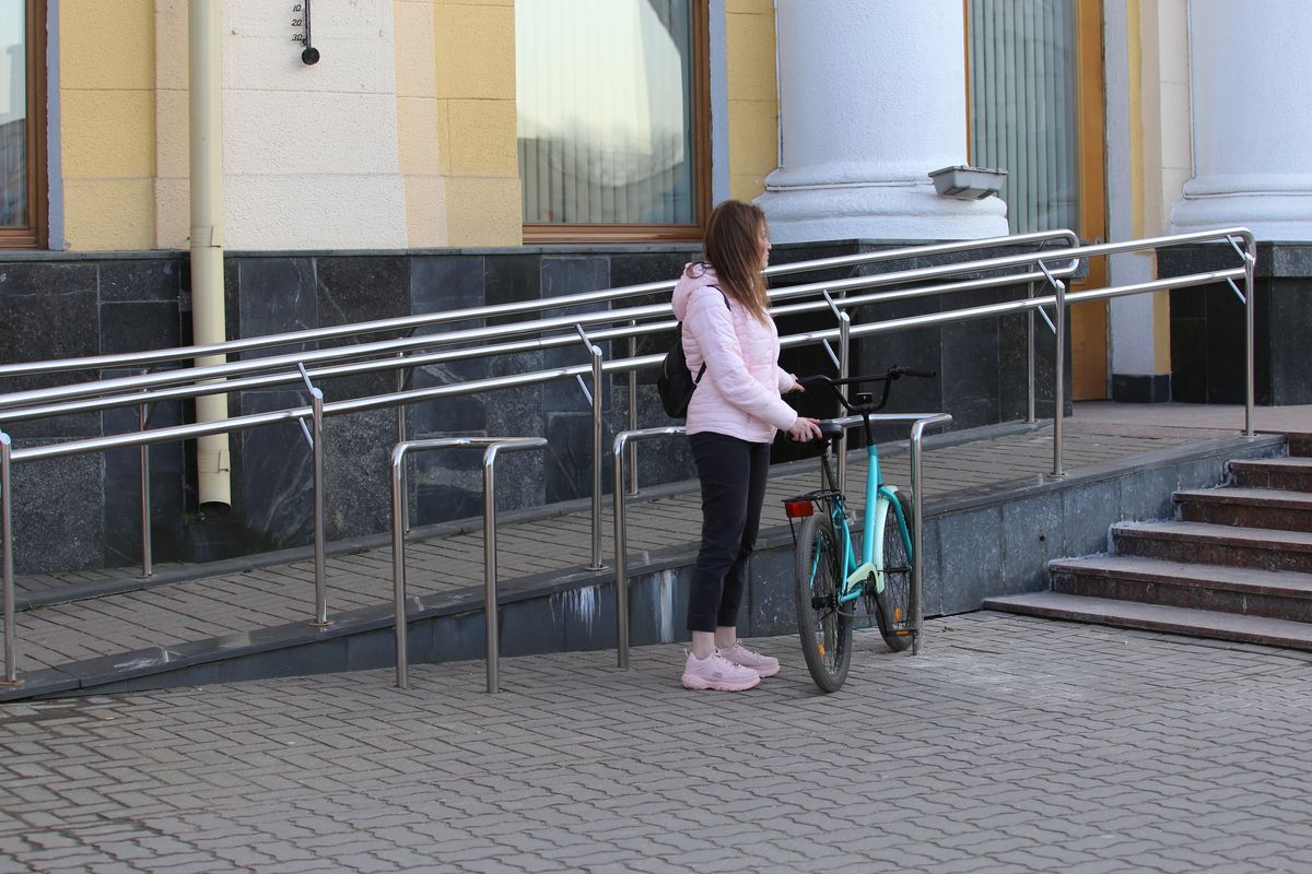 Раньше не замечала, что возле здания горисполкома есть велосипедная парковка. Фото: Андрей БОЛКО