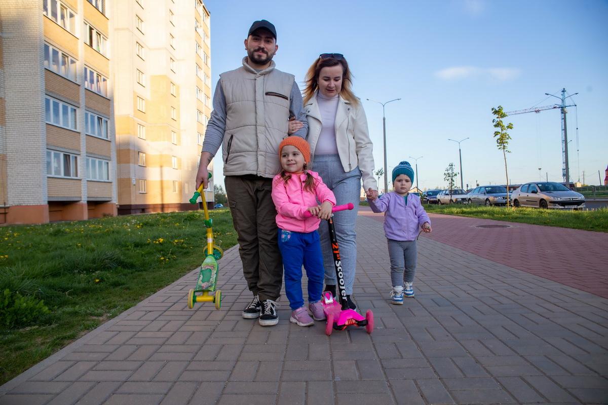 Алексей и Мария Гладкие на прогулке с дочерьми – четырехлетней Ксенией и двухлетней Анной. Фото: Андрей БОЛКО