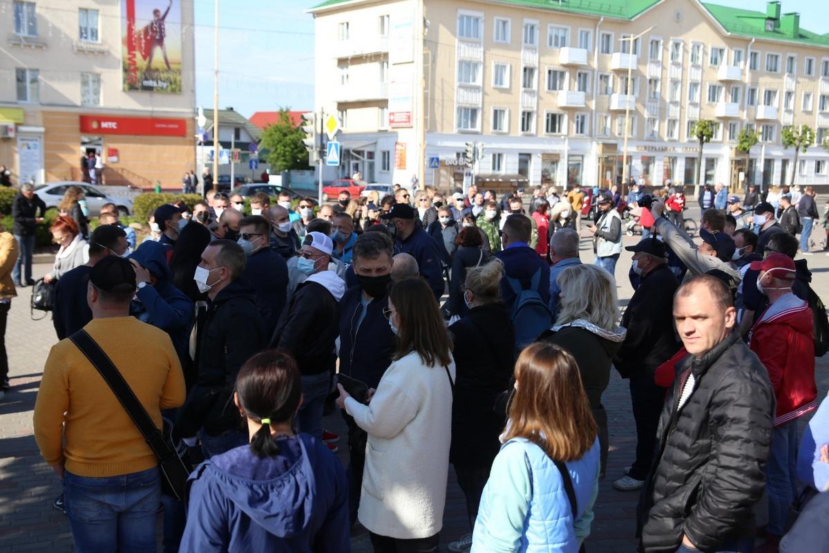 Очередь в Барановичах, чтобы поставить подпись за жену блогера Сергея Тихановского. Фото: Intex-press
