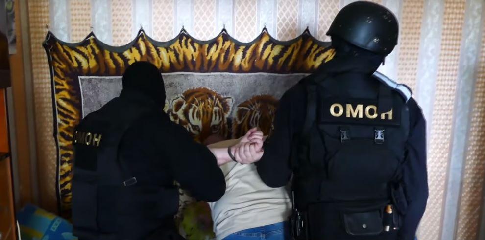 В Минске ОМОН задержал мужчину, который разбил топором окна соседей и угрожал взорвать в квартире гранату. Видеофакт