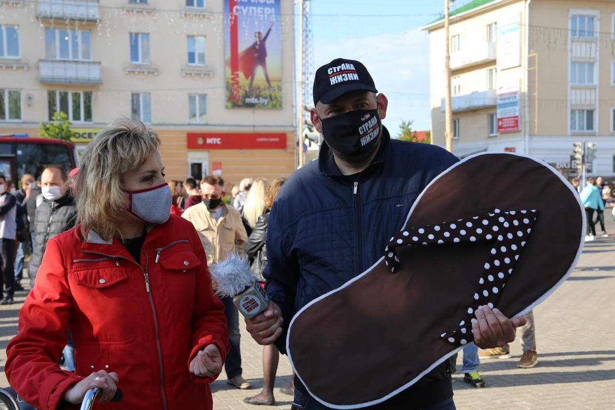 Сергей Тихановский со своей тапкой. Фото: Андрей БОЛКО