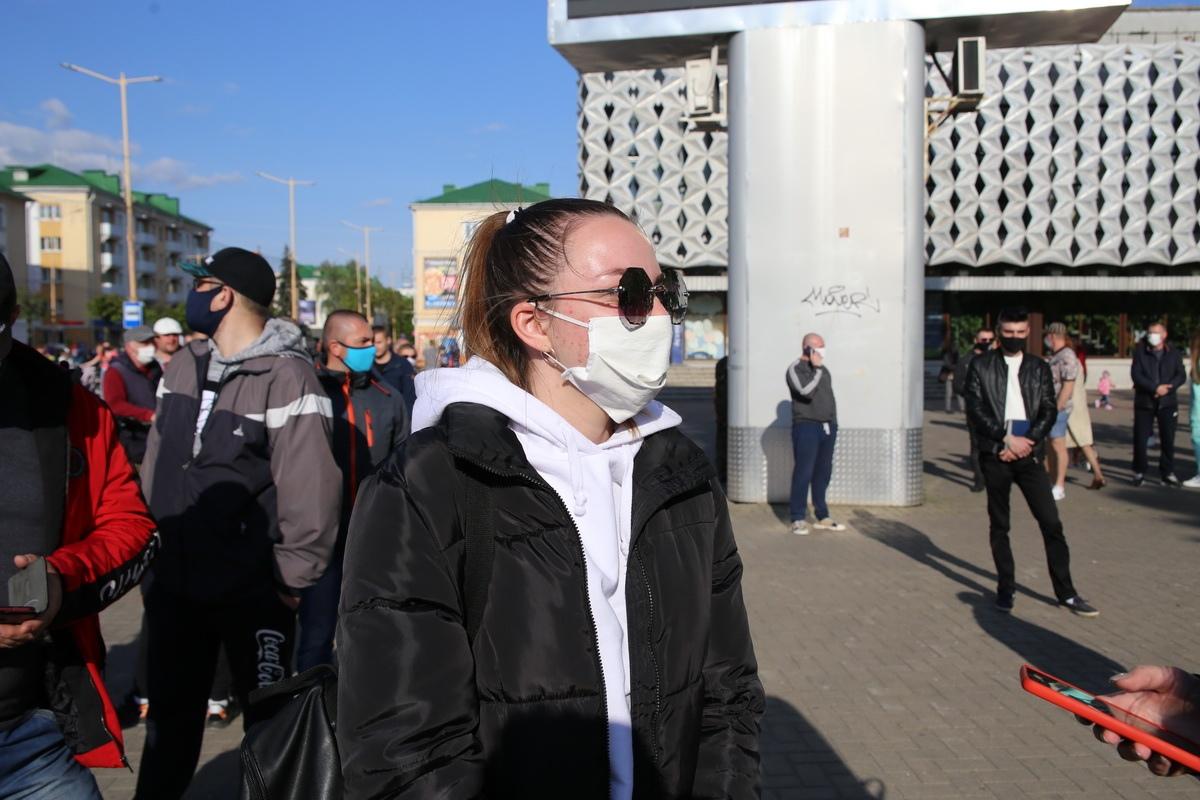Девушка из очереди в поддержку Светланы Тихановской. Фото: Андрей БОЛКО