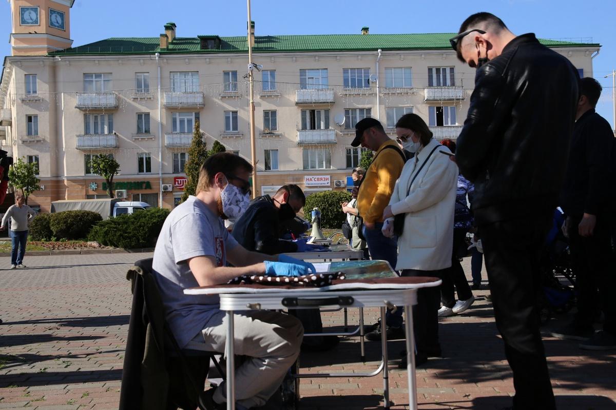 Длинная очередь, чтобы поставить подпись за жену блогера Тихановского. Фото: Intex-press