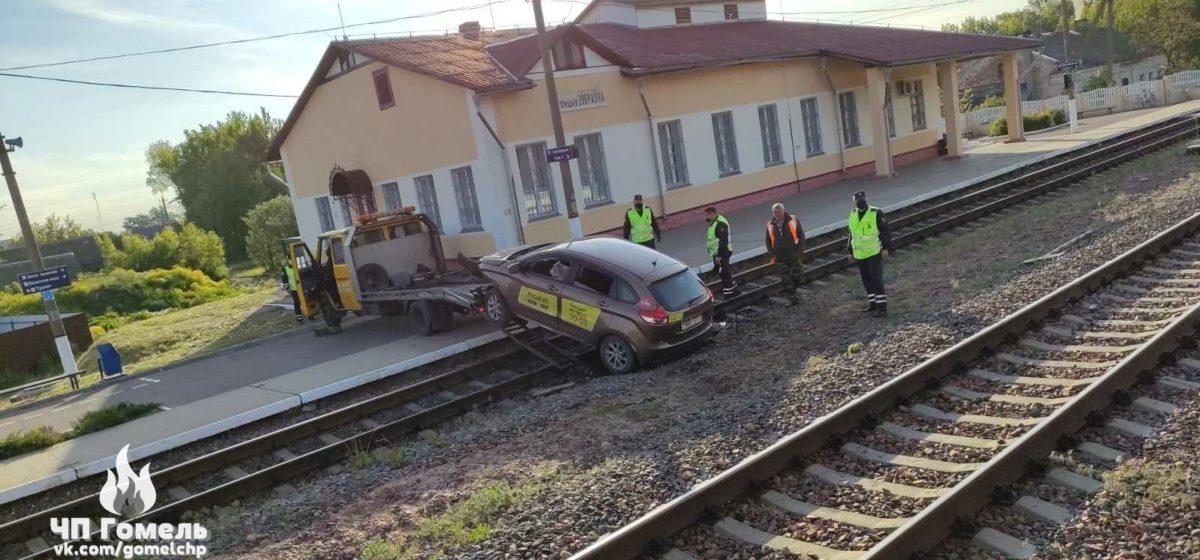Водитель такси вылетел с перрона на железнодорожные пути в Гомельском районе. Фотофакт