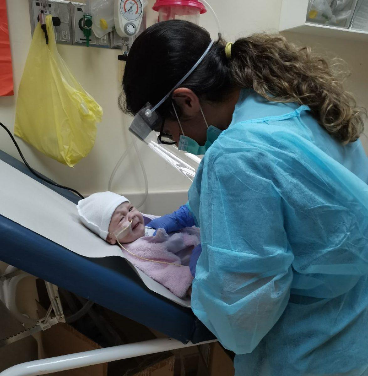 Софию подготавливают к процедуре для вытягивания мокроты аспиратором. Фото: архив Юлии ЖАГУНЬ