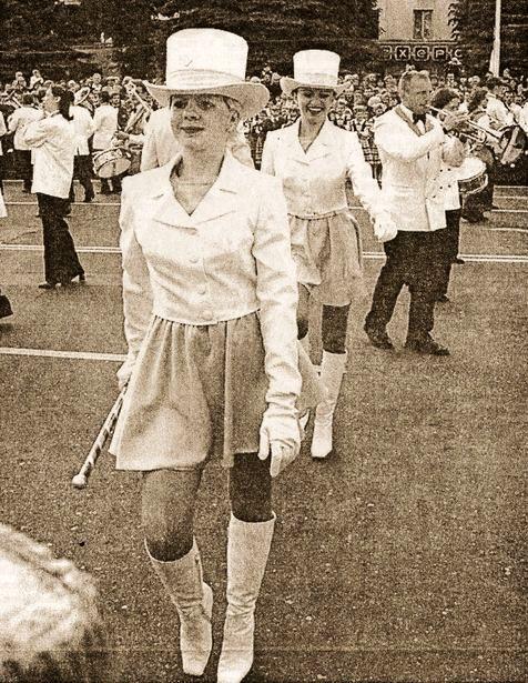 Выступление мажореток, 2001 год. Фото: архив Intex-press