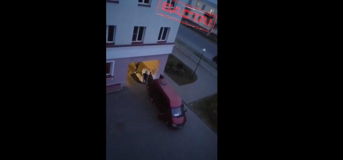 Из здания барановичской гинекологии вывозят умершего пациента. Видеофакт