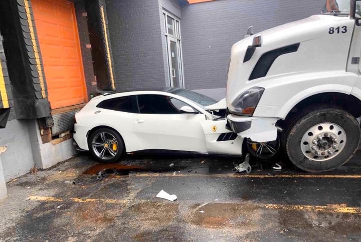 В американском Чикаго водитель грузовика переехал суперкар Ferrari своего начальника