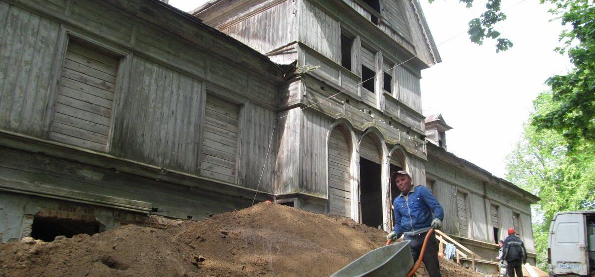 Смотрите, как реставрируют усадьбу Рейтанов в Ляховичском районе