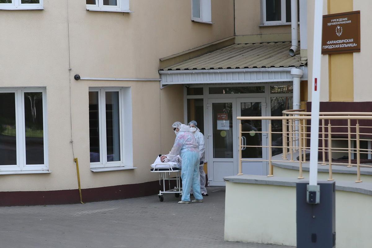 Медицинские работники оказывают помощь пациенту в Барановичах во время пандемии коронавируса. Фото: Андрей БОЛКО
