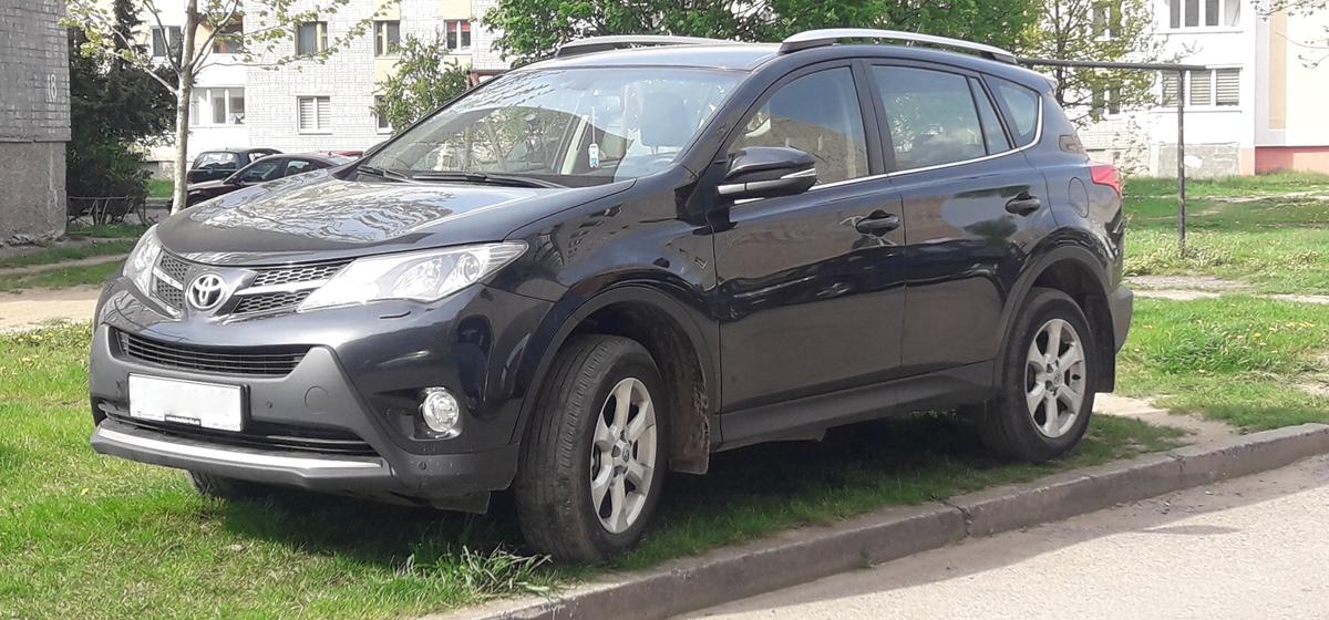 «Достаточно заехать колесом». Когда штрафуют за парковку на газоне и на каких улицах в Барановичах водители чаще паркуются на зеленой зоне