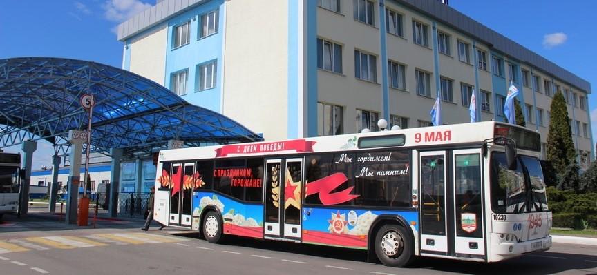 На улицы Барановичей выехали праздничные автобусы в честь Дня Победы