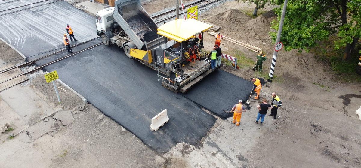 С дрона сняли, как в Барановичах ремонтируют железнодорожный переезд