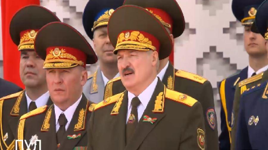 На видео попало, как Лукашенко пел «День Победы» на параде в Минске