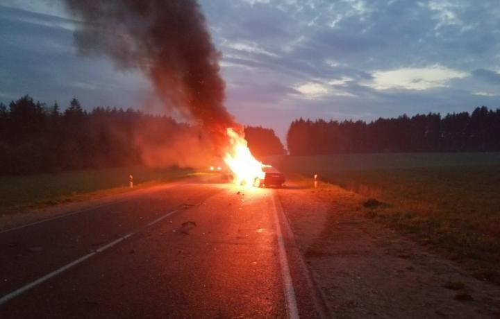 Две легковушки столкнулись лоб в лоб под Вилейкой – один из автомобилей загорелся. Фотофакт